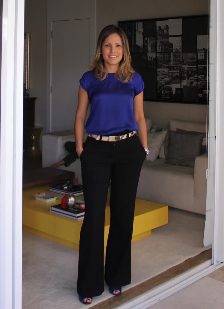 Look do dia trabalho chris castro calça preta blusa azul mango cinto burberry