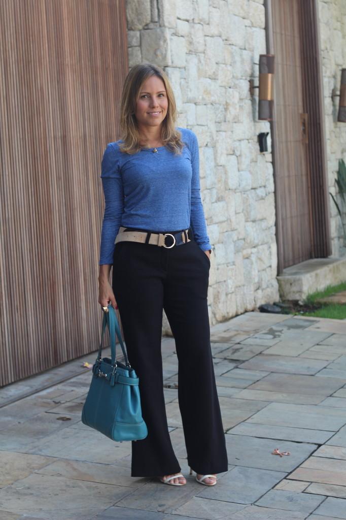 Look do dia street style trabalho pérolas chris castro calça flare preta blusa básica azul cinto colsa azul 1