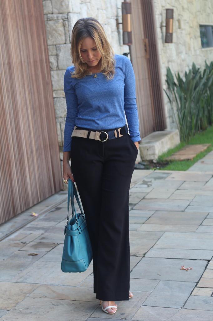Look do dia street style trabalho pérolas chris castro calça flare preta blusa básica azul cinto colsa azul 2