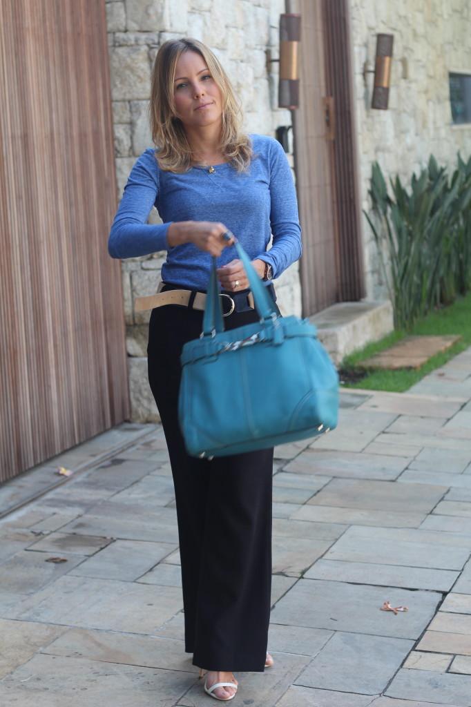Look do dia street style trabalho pérolas chris castro calça flare preta blusa básica azul cinto colsa azul 3