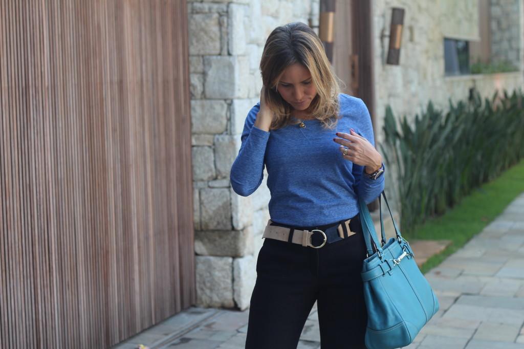 Look do dia street style trabalho pérolas chris castro calça flare preta blusa básica azul cinto colsa azul 6