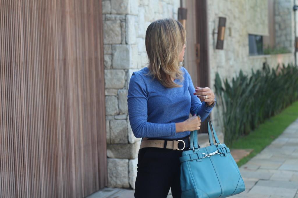 Look do dia street style trabalho pérolas chris castro calça flare preta blusa básica azul cinto colsa azul 7
