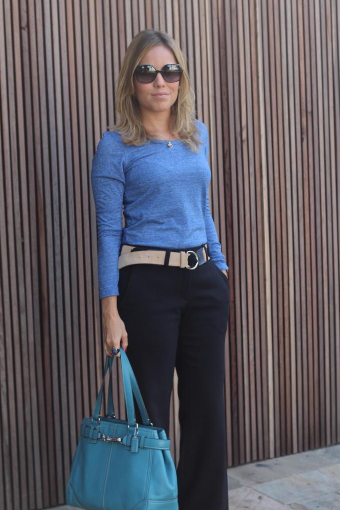 Look do dia street style trabalho pérolas chris castro calça flare preta blusa básica azul cinto colsa azul 8