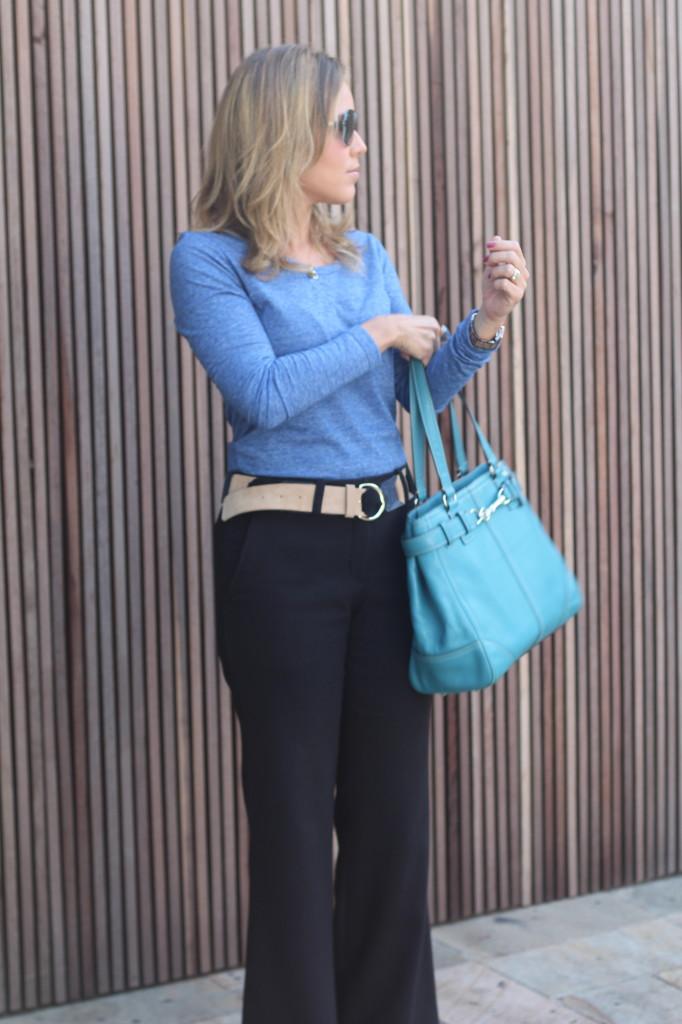 Look do dia street style trabalho pérolas chris castro calça flare preta blusa básica azul cinto colsa azul 9