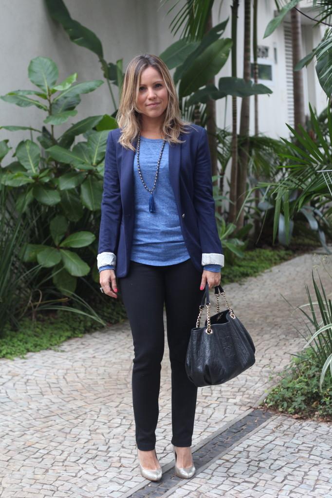 Street style look do dia trabalho calça preta bobstore blusa básica azul bobstore blazer malhar zara pérolas chris castro 1