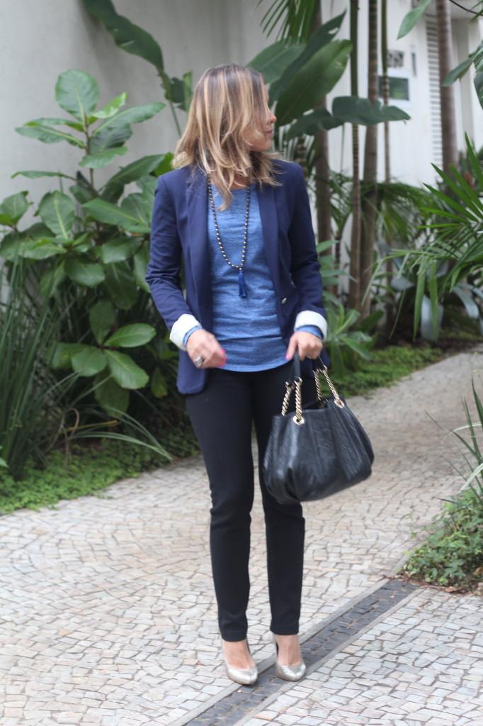 Street style look do dia trabalho calça preta bobstore blusa básica azul bobstore blazer malhar zara pérolas chris castro 2