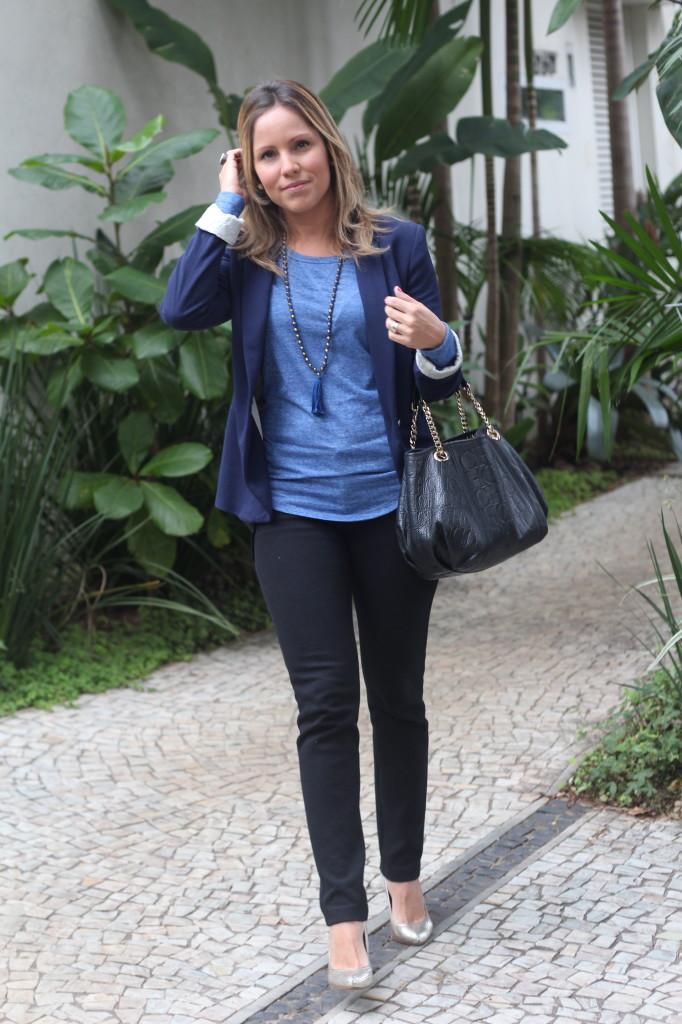 Street style look do dia trabalho calça preta bobstore blusa básica azul bobstore blazer malhar zara pérolas chris castro 3