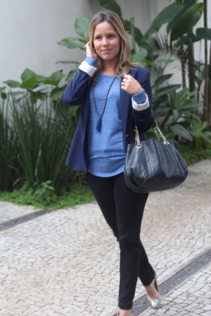 Street style look do dia trabalho calça preta bobstore blusa básica azul bobstore blazer malhar zara pérolas chris castro 4