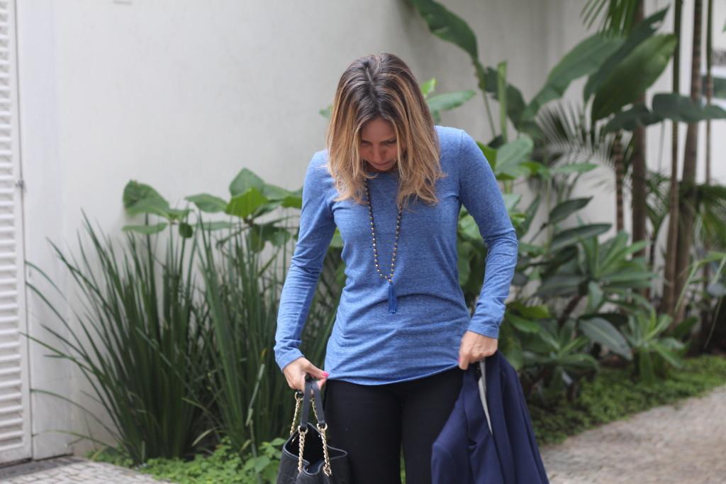 Street style look do dia trabalho calça preta bobstore blusa básica azul bobstore blazer malhar zara pérolas chris castro 5
