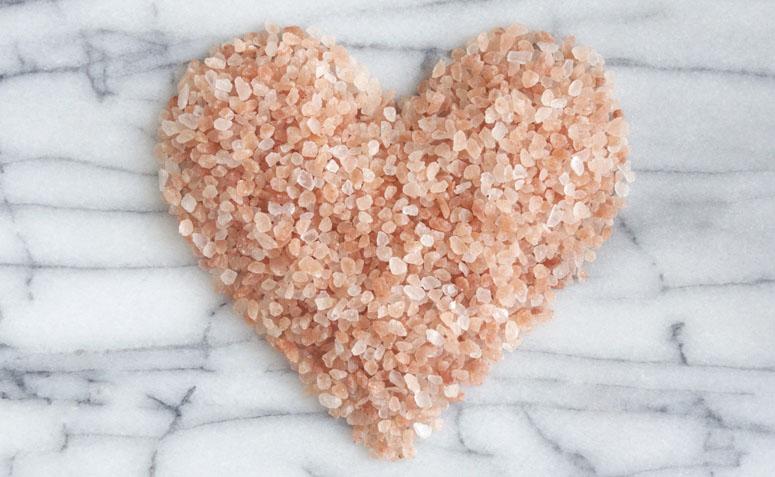 comparacao-do-sal-refinado-com-o-sal-rosa-do-himalaia-chris-castro-5